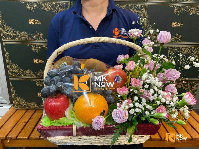 Giỏ trái cây và hoa tươi