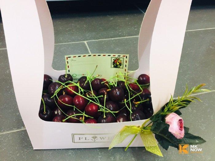 Hộp quà Cherry bằng giấy có quai xách - FSNK45