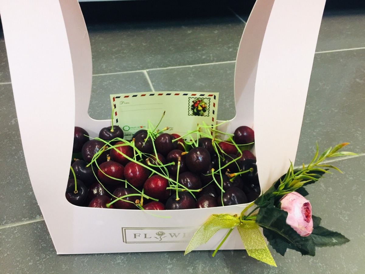 Hộp quà Cherry bằng giấy có quai xách độc lạ