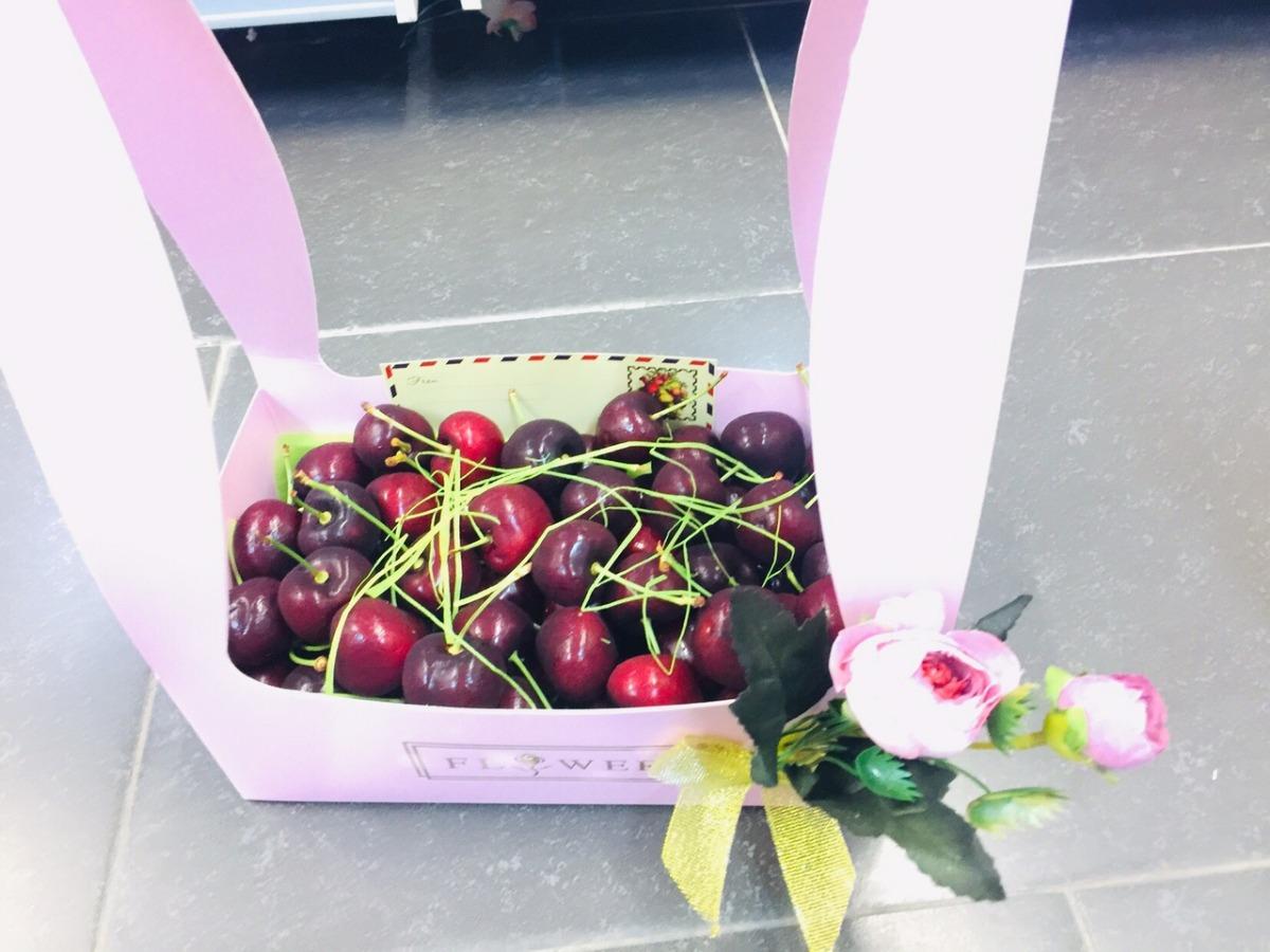 Đặt Hộp quà Cherry bằng giấy có quai xách